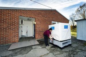Kokerskan Karin Hankimäki Moberg hämtar rent vatten från en tank utanför dörren till skolans kök.