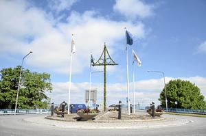 Nu är midsommarstången på plats i rondellen i Hallsberg.