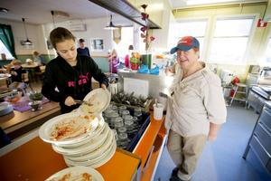 Maja Kjellin är en av många elever som gillar Brittas mat. Barnen på fritids jobbar med en skylt med texten