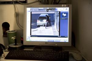 På en övervakningsfilm från Shell på Ritargatan syns hur bilisten förberett smitningen genom dubbla nummerplåtar. När den falska skylten ramlar bort, kommer kassabiträdet ut och bilisten sticker därifrån utan att ha tankat eller ens stängt tanklocket.