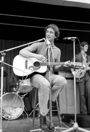 Robban Broberg under en Jamtlikväll 1970. I bakgrunden skymtar The Streaplers. Vid månadsskiftet uppträder han på Storsjöteatern, 39 år efter att den här bilden togs.   Foto: Hallings foto