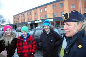"""UNGDOMSPOLIS. Veronica Björnebye, ungdomspolis i Älvkarleby kommun, pratade med ett gäng ungdomar från Älvboda friskola om vad det vill göra på fritiden. """"En cykelhall"""" ger en kille som förslag."""
