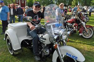 En man och hans überhäftiga polis-MC. I 30 år stod hojjen avställd innan den för två år sedan hamnade i Anders Widholms ägo. För två veckor sedan gick den igenom besiktningen efter flitig renovering:- Nu när man är äldre känns det tryggare med en trehjulig än tvåhjulig hoj.