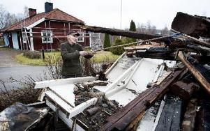 Björn Åslund är granne med det flerfamiljshus som brann ner, där även hans son med familj bodde. Foto: Peter Ohlsson/DT