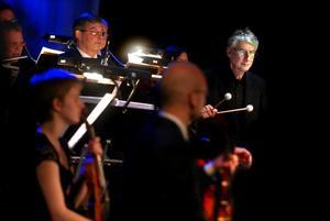 Fann varandra. Kroumata och Dalasinfoniettan trivdes under den fullsatta konserten i Falun allra bäst tillsammans i Britta Byströms nyskrivna Es ist Genug.