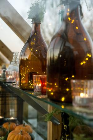 Små batteridrivna ljusslingor ger mysigt sken i vackra gamla flaskor.