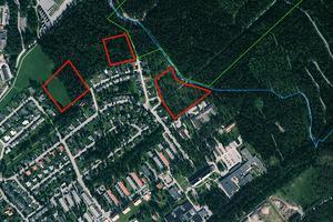 De röda fälten visar var Mathias Fredriksson först tänkte sig att bygga skidnära bostäder. Den blå linjen visar skidspåret, den gröna linjen naturreservatet Rannåsens nedre gräns.