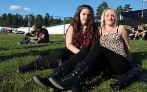 Emelie Karlsson, Borlänge, och Veronica Johansson, Bjursås: – Vi har väntat ett helt år på den här festivalen. Vi brukar träffa så mycket roligt folk här, säger de. Foto: Jennie-Lie Kjörnsberg