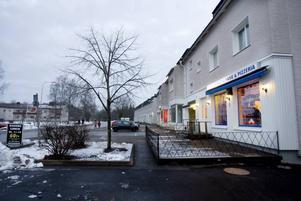 BRÅK. På Karlitplan i Karlholmsbruk slogs under lördagsnatten ungdomar med basebollträn och knivar.