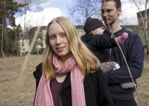 Madelene Krug är en av de aktiva i den nybildade föreningen Bollnäs Odlar. I bakgrunden syns Thomas Lundgren och Ilse.
