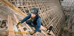 Skickliga hantverkare måste tåla höga höjder när taket på Skokloster slott renoveras.