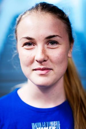Armbrytarstjärnan Karolin Andersson kommer.