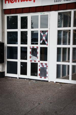 Stenkastningen orsakade skador på Hemköp på Tjärna ängar i Borlänge den 21 maj. Bitiken stängde tidigare den kvällen.