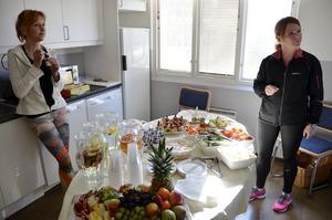 Nyttiga läckerheter. Dessutom bjöds det mycket nyttigt tilltugg invigningen till ära, här med yogalärare Maria Jensen och personalchef Phetra Ericsson.