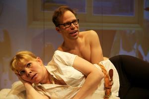 """SVENSKVÄNNER. Juho Milonoff och Eeva Soivio i """"Hallonbåtsflyktingen"""", en pjäs på finska som ger en absurd Sverige-hyllning."""