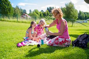 Tre generationer Eriksson från Hudiksvall fikar, Frida, Greta och Maria.