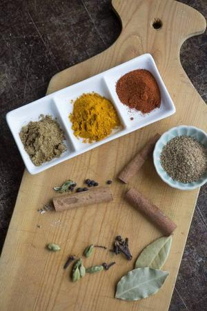 Kryddor som gurkmeja, chilipulver, lagerblad och kanel ger den rätta smaken till den indiska lammgrytan.