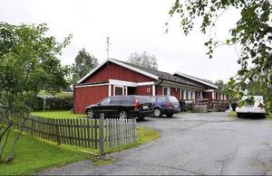 Villan, man tillfälligt lånar på Pumphusgatan, står för det mesta tom. Den används som