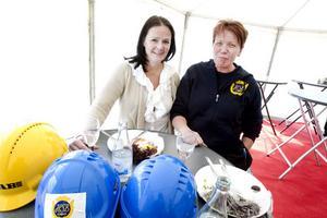 Köparen Lena Horn, till vänster, kommer få träffa HSB:s fastighetsskötare Pia Möller en hel del i framtiden.
