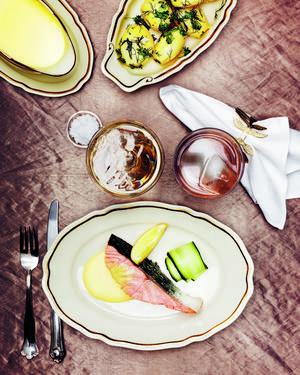 Pocherad lax med mousselinesås och skivad gurka - det var den sista middag som tillagades på fartyget Titanic innan hon krockade med ett isberg och sjönk. Måltiden finns representerad i den matnostalgiska boken