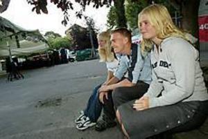 Foto: LASSE WIGERT Glest. Anna Svensk, Jonas Holmberg och Caroline Bromark sätter sig ned en stund för att se om det kommer några fler till Stolt och nykters disko vid Vasaskolan. Omkring 15 unga rör sig hittills inne på området.