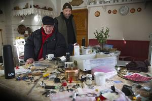 Rolf Forsberg sitter i köket till hans föräldrahem som drabbades av inbrott i veckan. Tjuvarna fick med sig tre vapen och massor av verktyg. Efter sig lämnade de stor förstörelse.