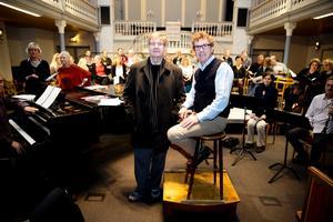 Kompositören Larry Nickel och Örebro kammarkörs dirigent Fred Sjöberg ser fram mot helgens Europapremiär i Västerås och Örebro.