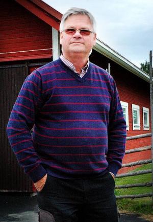 Christer Birgersson, ordförande i Ströms hembygdsförening, framför den nya utställningshallen.