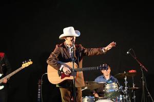 Doug Seegers sjunger för och pratar med sina fans.