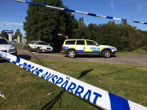 Polisen har spärrat av ett större område efter att en kvinna hittats död.