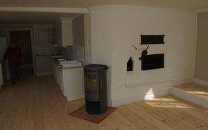 Gammalt och nytt. I den ena lägenheten finns den gamla bakugnen från bageriet kvar, bredvid det helt moderna köket.