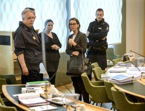Den mordmisstänkta Johanna Möller och hennes försvarsadvokat  Amanda Hikes under den andra rättegångsdagen i Västmanlands tingsrätt i Västerås.