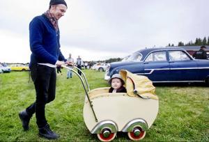Fredrik Boije från Östersund passade på att låna sin svärmors barnvagn från 1950.