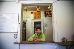 Sompong Sribunrueang arbetar på thaimatsrestaurangen i Brunflo. Och hon trivs med det.   – Brunflo är ett bra ställe att bo på, säger hon.