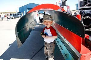 Zach Lidström, 2 år, trivdes bra på Motormässan. Med en leksaksbil i näven sprang han runt bland fordonen.