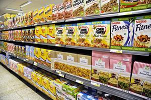 Det är inte alltid lätt att välja i flinghyllan. Dietisten Emilia Polster har tillsammans med oss undersökt åtta sorters flingor.   Foto: Hasse Holmberg/TT