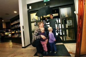 Familjen Ersdala från Västerås är på semester i Gävle. Med lite förutseende planerade de om så de hann med Furuviksparken innan regnet kom.– Oj, vad det regnar, utbrister tvillingarna Emmy och Minna spontant i kör.