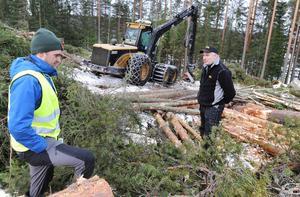 Jonas Svensson från Stora Enso diskuterar avverkningen med maskinföraren Per Fröstebro.