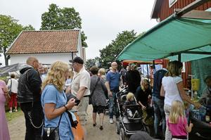 Populär marknad. Det var många som ville köpa godsaker, hantverk och träffa bekanta.