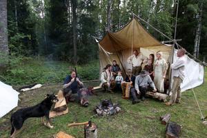 Pälsjägare, indianer och cowboys samlas under helgen på Mosskrikens indian- och vildmarkscamp för att leva som man gjorde i vilda västern. På lördagen bjuds allmänheten på aktiviteter som uppvisning av indiandans, yxkastning och ponnyridning.