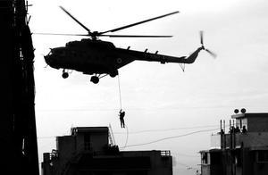 Terrordåden i landets folkrikaste stadsområde, Bombay, skakar ett redan instabilt Indien i en instabil del av världen. Ännu än gång förefaller det vara en attack regisserad av islamska fundamentalister, enligt de indiska myndigheterna en grupp från något av Indiens grannländer. Listan över dödade och skadade växer. Händelserna i Bombay är bara ett ännu ett exempel på att terrorismen inte känner några gränser.