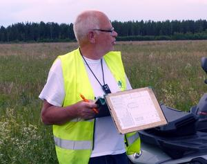 Bengt Nyqvist, Gävlebygdens FK, agerar även funktionär på precisionslandningarna och för protokoll över resultaten.