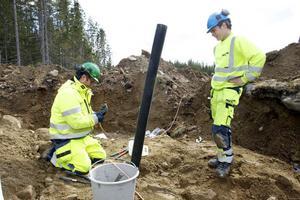 Fredrik Göransson och Joel Olsson från NCC håller på att jorda fundamentet innan marken återställs så att åskan inte ställer till något i framtiden