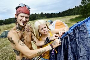 Två av de första campingbesökarna, Calle Eloranta och Malin Larsson, kämpar med sitt tält.