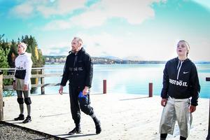 Dansarna Hanna af Kleen, Patrik Häggström och Frida Krantz startade sin föreställning vid Ljusnans strand.