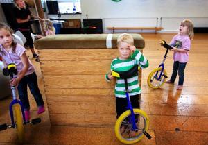 När Teo Bäckman, fyra år från Östersund, ska prova på att cykla enhjuling känns det lite knepigt. Lite senare får han prova en lite lägre cykel med ett bättre resultat.