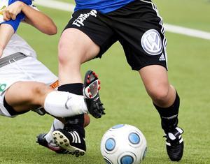 Det är skillnad på förutsättningarna mellan tjejer och killar som spelar fotboll, skriver Annika.