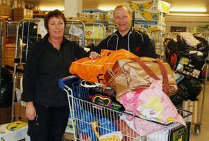 Marie och Leif Lindström har goda förhoppningar om att hela containern ska bli fylld med saker.