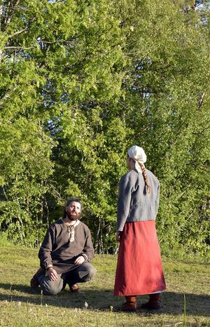 Efter fem år som fredlös försöker Arnljot (Emil Grudemo el Hayek) övertala Gunhild (Amanda Nygren) att stanna hos honom.