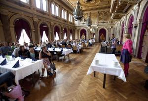 Omvårdnads dietist Anders Rhodin sjöng och Lena Lundgren pratade när omvårdnadsnämnden uppmärksammade förvaltningens kvalitetsarbete och uppsatsstipendiaterna.